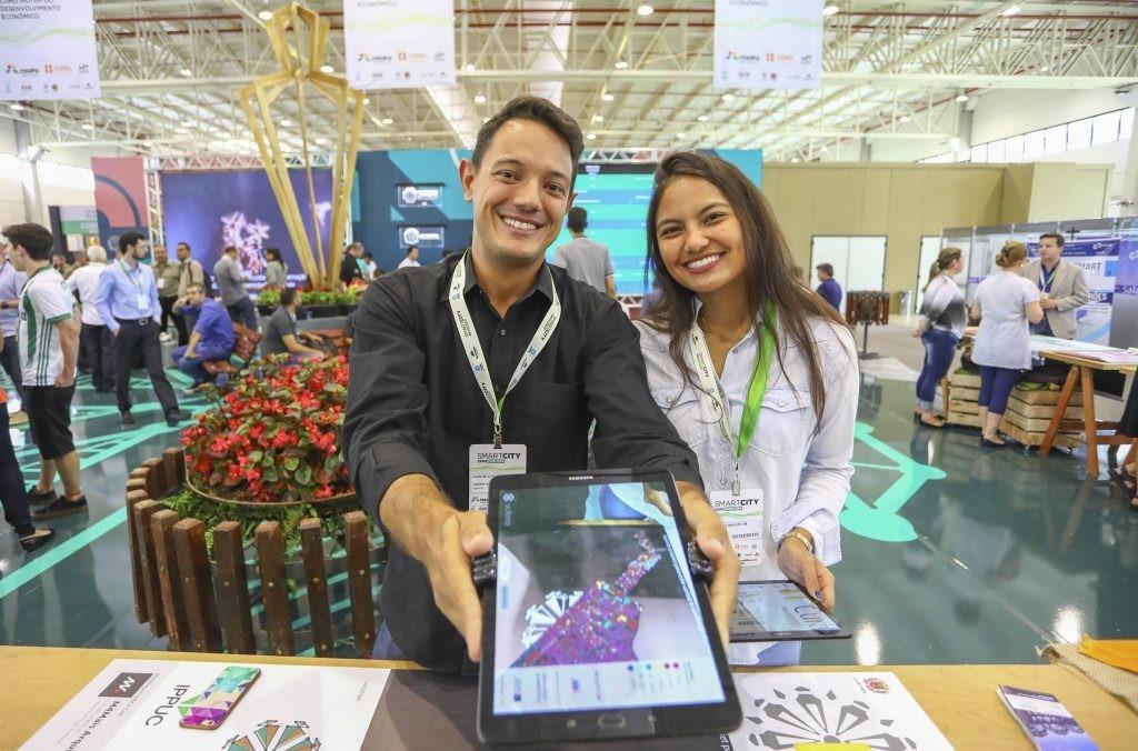 Augusto Pimentel e Mariana Mayumi da M4mais. Foto: Daniel Castellano / SMCS
